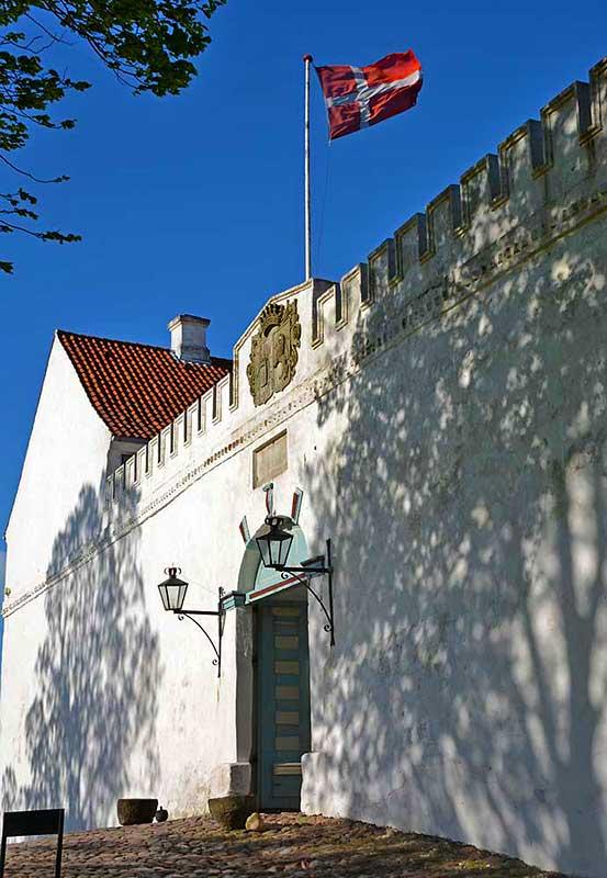 Mit richtigen Zinnen bewehrt, der Eingang ins Schloss