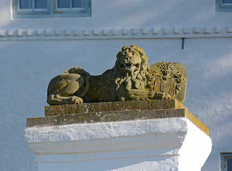 Der Löwe aalt sich in der Sonne, Nachts achtet er darauf daß sich die Schlossgespenster ordentlich benehmen