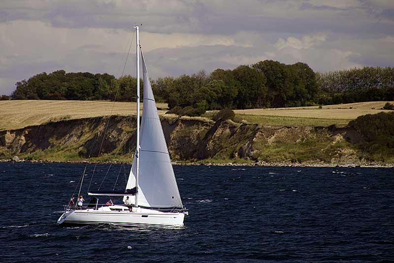 Weiß leuchten die Dreiecke der Segelboote.