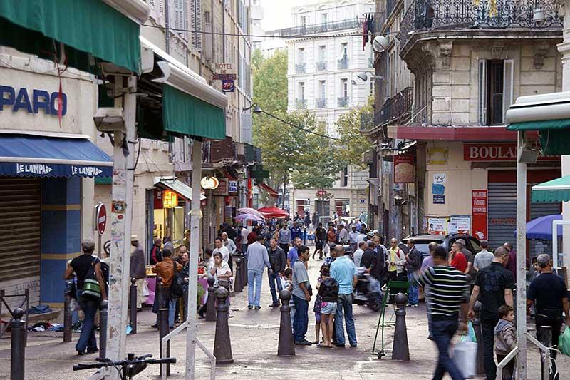 Männergesellschaft im arabischen Viertel