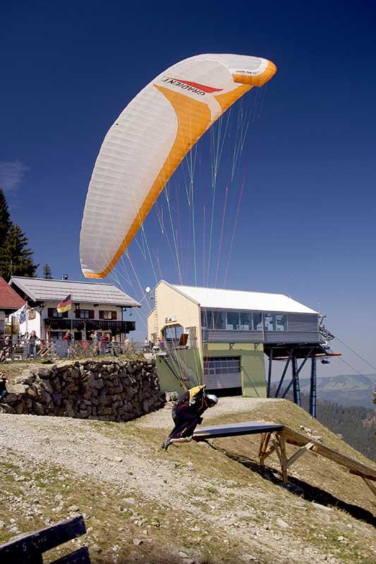 Gleitschirmflieger an der Startstelle am Mittagberg