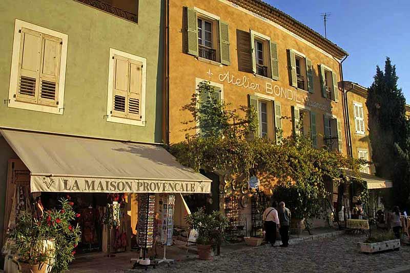 Moustier-Sainte-Marie wunderschönes Dorf in der Provence